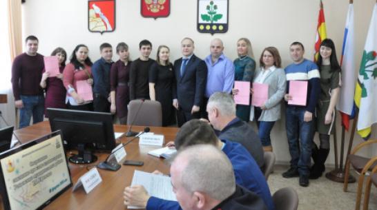 В Репьевском районе 8 семей получили сертификаты на приобретение жилья