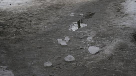 В Воронеже снежная глыба травмировала 29-летнюю женщину