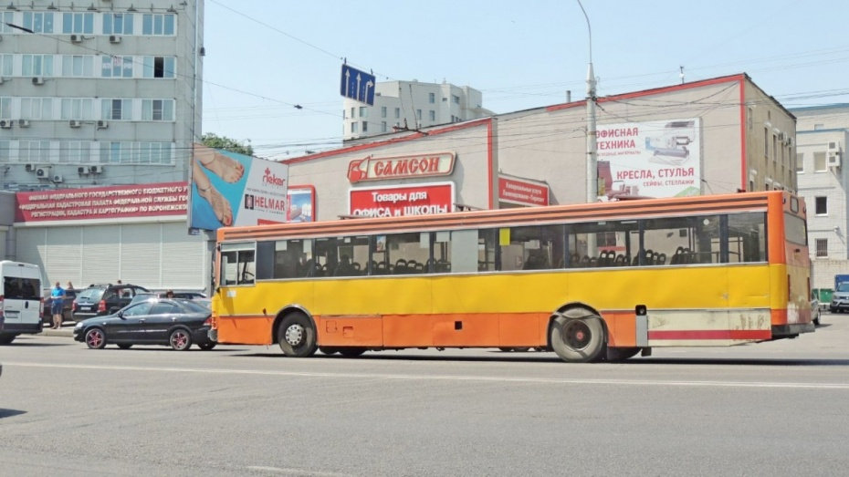 В Воронеже у автобуса на дороге взорвалось колесо: пострадала женщина