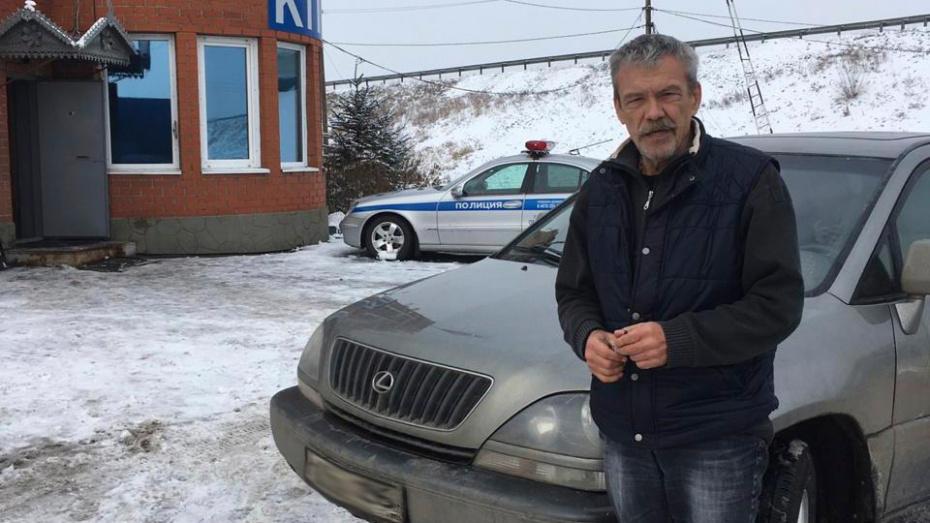 Воронежские капитаны ГИБДД помогли водителю, у которого сломалась машина посреди трассы