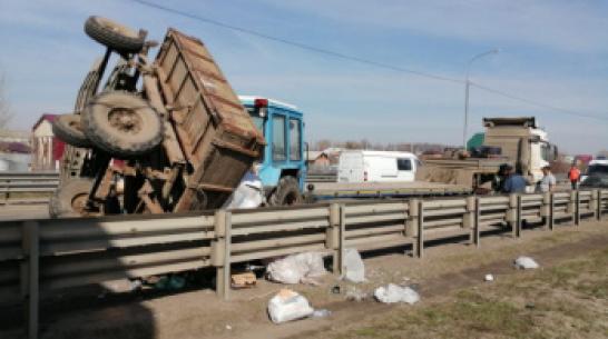 На трассе под Воронежем КамАЗ протаранил трактор с прицепом