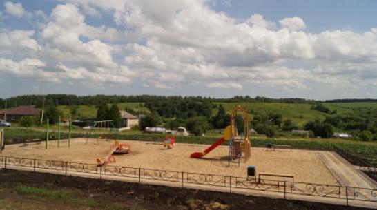 В хохольском селе Староникольское впервые сделали детскую площадку