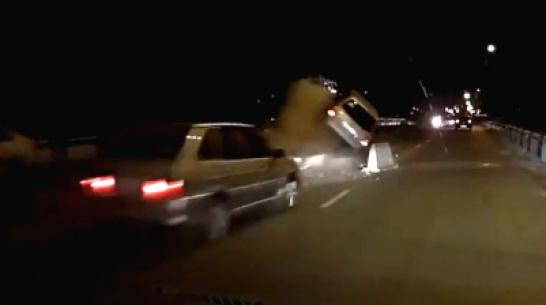 В Воронеже во время ночного ремонта дороги 2 машины врезались в кучу бетона