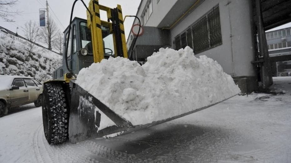 За пятницу и субботу дороги Воронежа посыпали около 1800 тоннами песко-соляной смеси