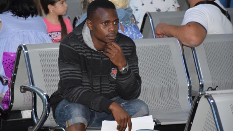 В Воронеже помогли заблудившемуся футбольному болельщику из Нигерии