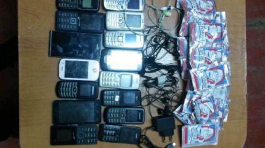 В Воронежской области мужчина попытался перебросить 15 мобильных телефонов в колонию