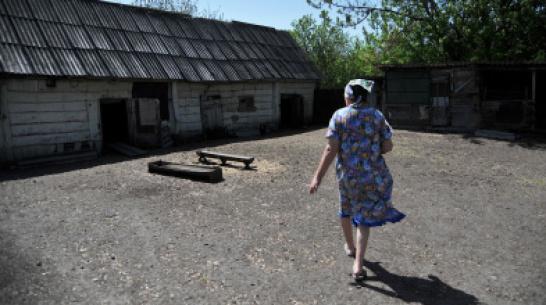 В Воронежской области 20-летний парень силой склонил старушку к обмену