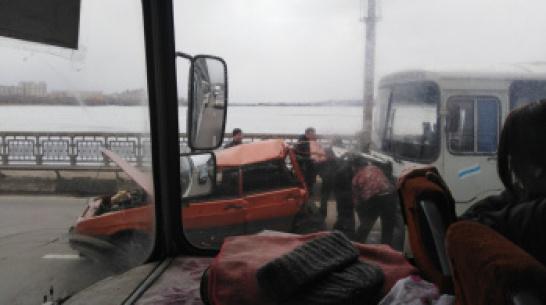 В Воронеже на Северном мосту автобус 26а врезался в ВАЗ