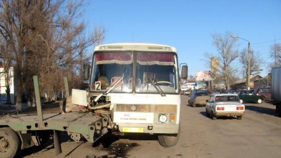 В центре Кантемировки столкнулись КамАЗ и пассажирский автобус
