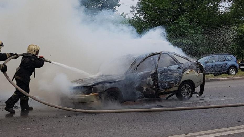 В Воронеже на левом берегу образовался затор из-за горящей машины