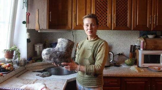 Жительница Петропавловского района освоила старинное мастерство валяния валенок