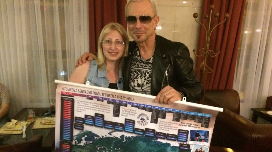 В Воронеже фанаты подарили гитаристу Scorpions карту гастролей группы по России