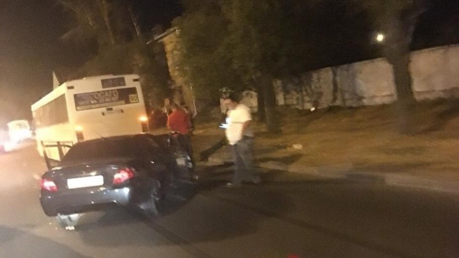 В столкновении иномарки и автобуса №90 в Воронеже пострадали 2 человека