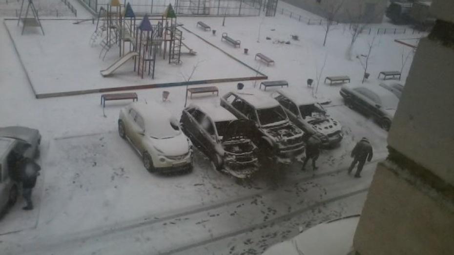 В Северном микрорайоне Воронежа ночью сгорели пять машин