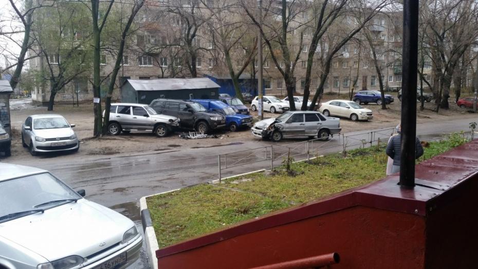 ВВоронеже ВАЗ вДТП протаранил 4 припаркованных автомобиля, фото