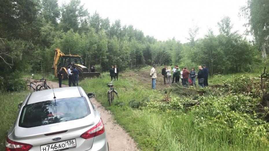 Жители воронежского микрорайона Репное остановили уничтожавшую деревья технику