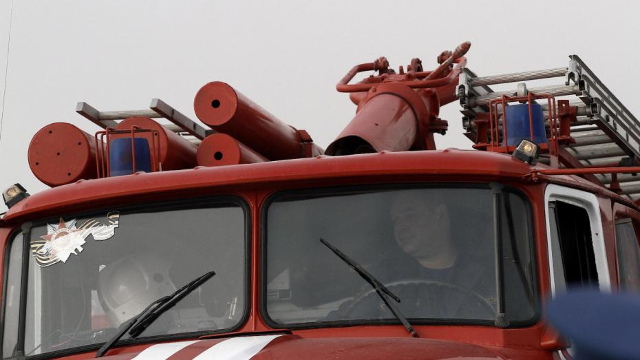 В Воронеже 44 сотрудника МЧС потушили склад каучука