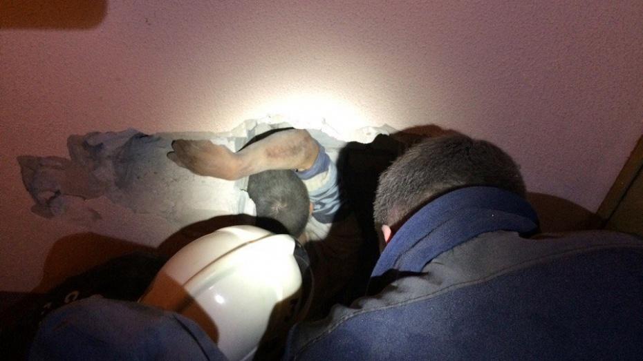 Воронежские cотрудники экстренных служб достали 30-летнего мужчину извентиляционной шахты