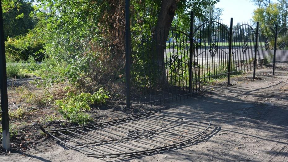 Вандалы повредили ограду в поворинском Парке Победы