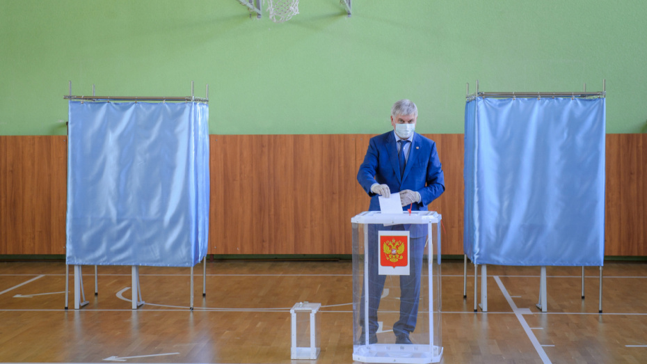 Воронежский губернатор посетил избирательный участок в первый день голосования