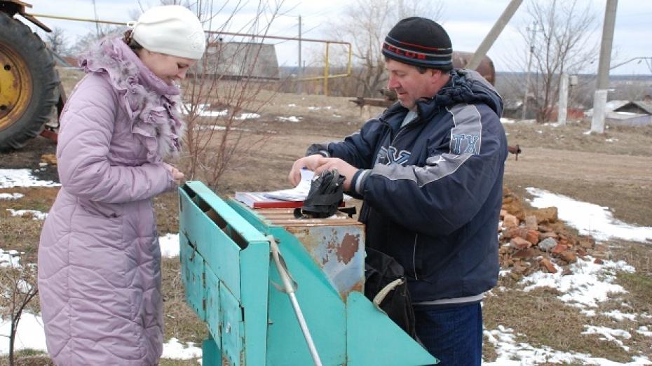 Единственный в Кантемировском районе мужчина-почтальон ремонтирует почтовые ящики