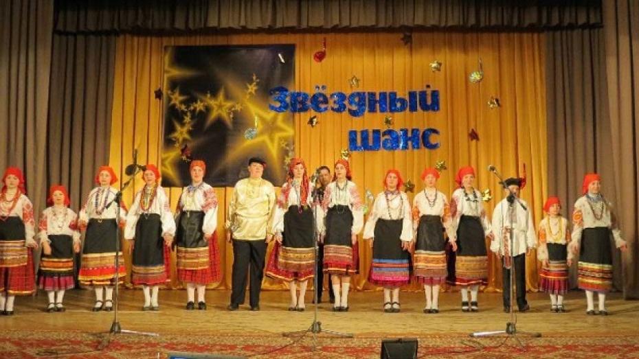 Жительница репьевского села учит детей петь старинные песни