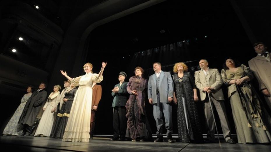 Артистам Воронежского драмтеатра губернатор пообещал помочь с жильем