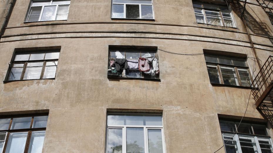 В Воронеже женщина вышла из окна 9-этажки, спасаясь от жены любовника