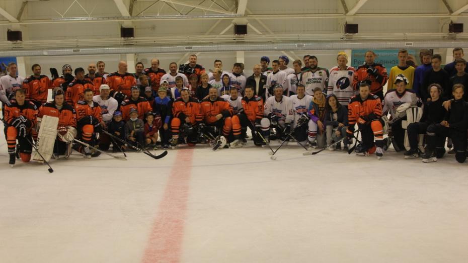 В Боброве на льду встретились столичная и региональная хоккейные команды