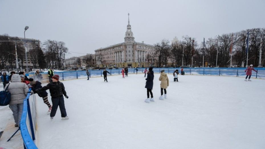 На площади Ленина в Воронеже начали установку раздевалок для катка