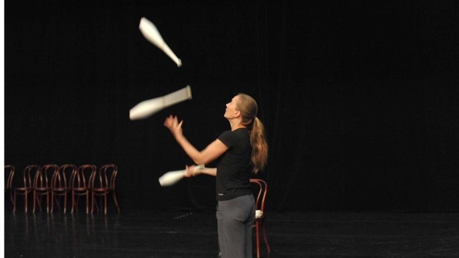 Дождь помешал воронежским циркачам провести мастер-класс для жонглеров-любителей