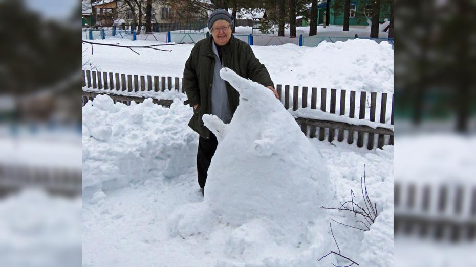 Сотрудница Хоперского заповедника вылепила из снега метровую выхухоль