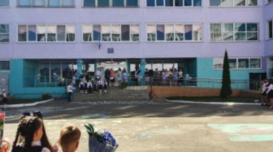 Воронежской школе передали гильзу с землей с места гибели летчика Романа Филипова