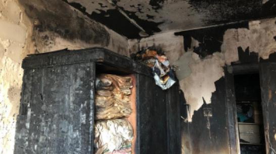 В Воронеже ночной пожар из-за свечи в захламленной квартире унес 2 жизни