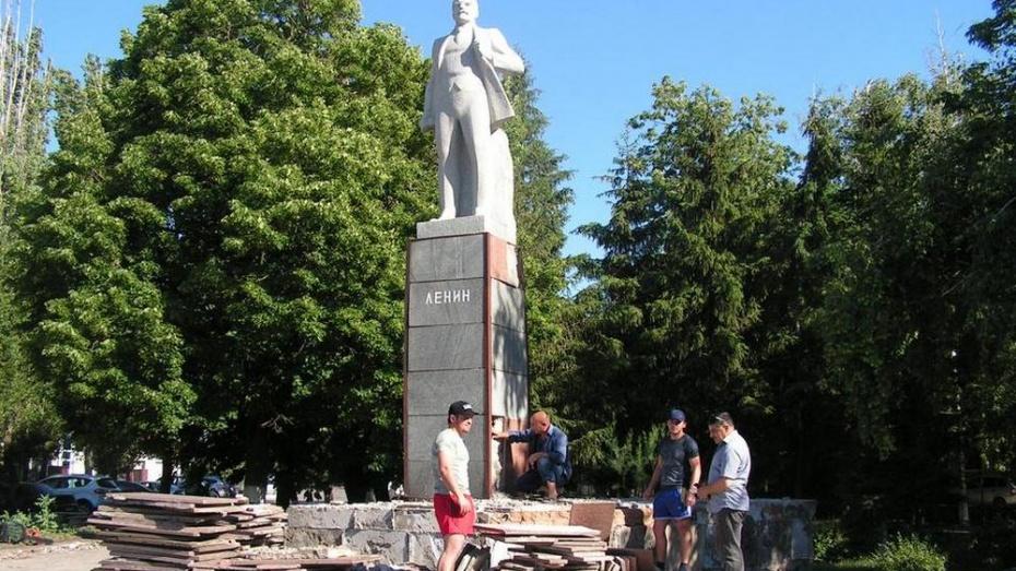 В Бутурлиновке приступили к ремонту памятника Ленину