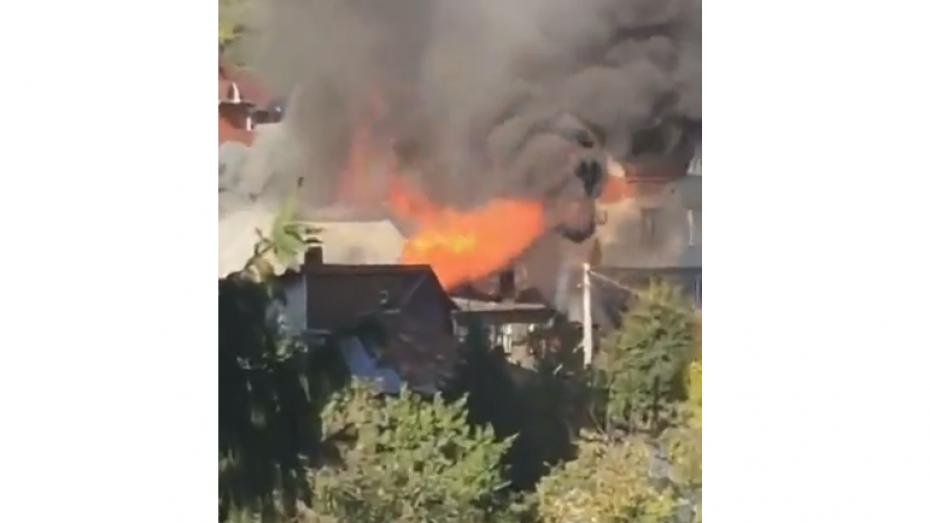 В Воронеже 25 пожарных потушили дом за 2 часа