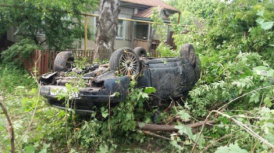 В Воронежской области «Приора» столкнулась с деревом: 2 пострадали, 1 погиб