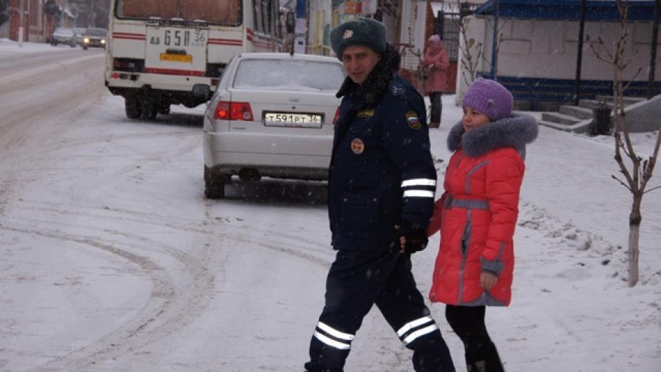 В Новохоперском районе школьников переводят через дорогу сотрудники ГИБДД