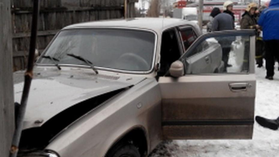 Водителя Волги, протаранившего забор идом вцентре Воронежа, увезли в поликлинику