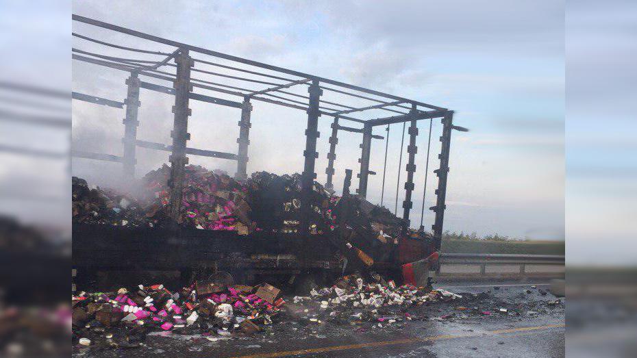 В Верхнемамонском районе на трассе М-4 «Дон» сгорел прицеп с 5 т бытовой химии