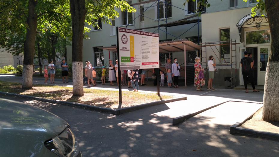 Воронежцы атаковали поликлиники, пытаясь получить справки для детского сада