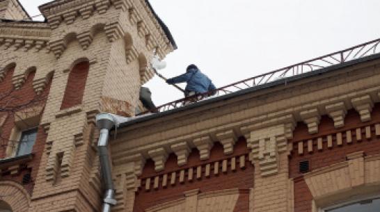 В Воронеже за выходные от снега и наледи очистили крыши 272 зданий