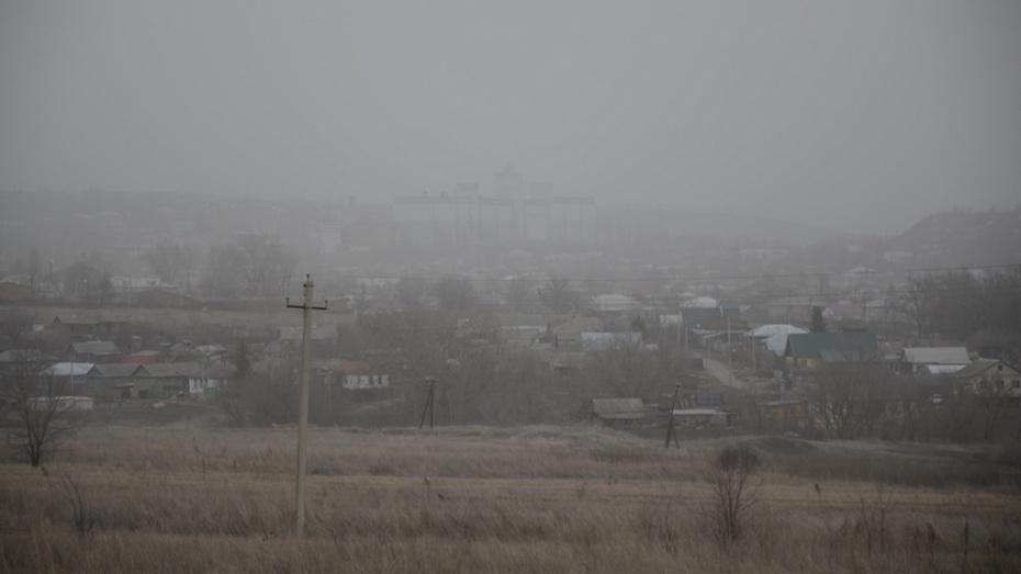 Шквалистый ветер накрыл Калач пеленой пыли