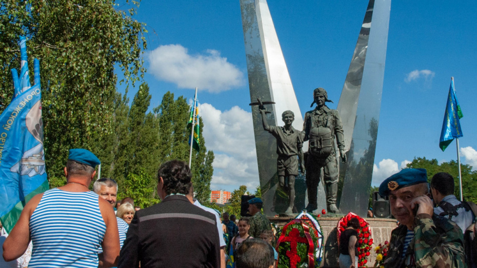 Воронежцы возложили цветы и венки в парке Победы в День ВДВ