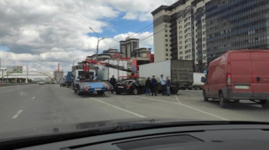 В Воронеже BMW залетел под 2 грузовика: в больницу попали водитель и пассажир