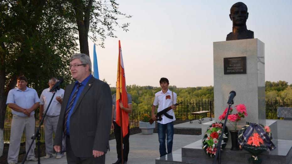 В верхнемамонском селе открыли сквер имени Героя Советского Союза Василия Прокатова