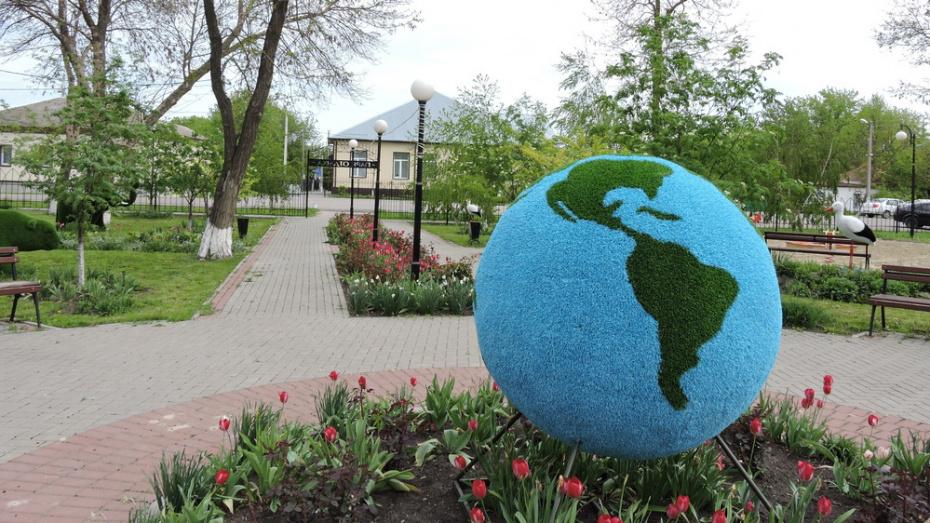 В кантемировском селе Новобелая в парке установили 8 топиарных фигур