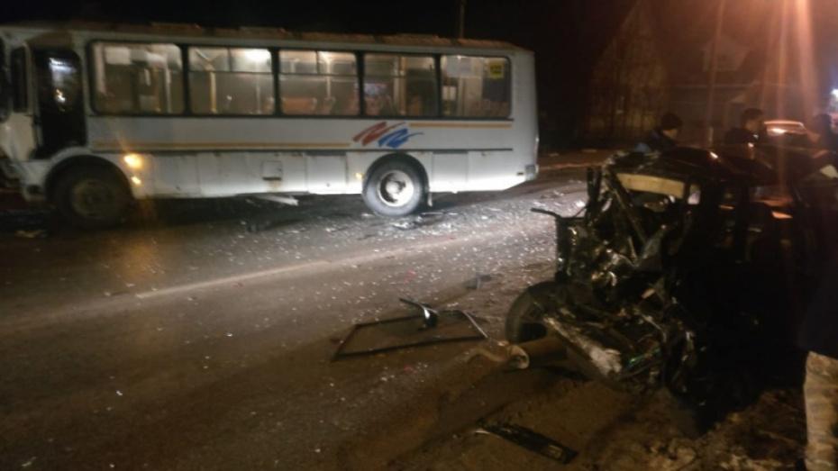 В Воронеже водитель «четырнадцатой» врезался в пассажирский автобус и сбежал