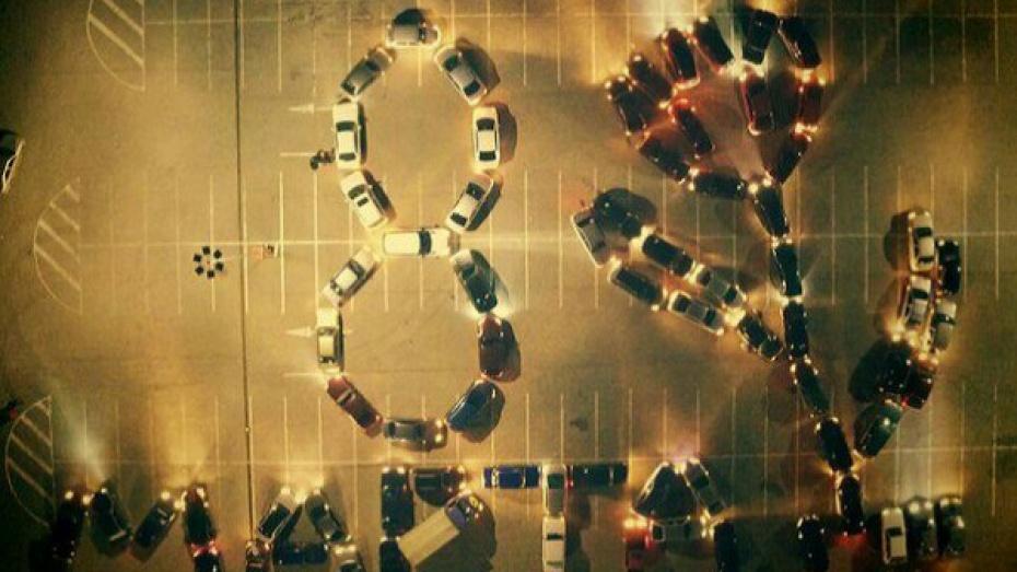 Автомобилисты поздравили жительниц Воронежа с 8 Марта флешмобом