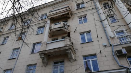 С фасада дома в центре Воронежа обрушилась бетонная колонна